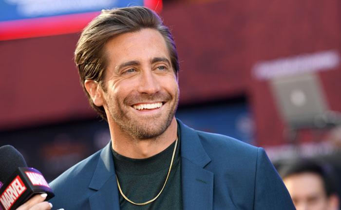 Jake-Gyllenhaal-Gold-Necklace-1158532530.jpg