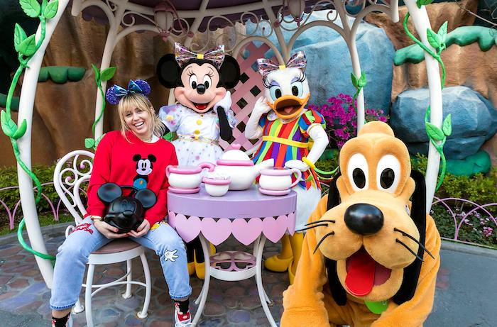 Miley-Cyrus-Disneyland-1134748847.png