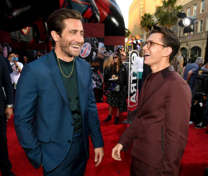 Jake Gyllenhaal Chain Getty 1158570555 (1).jpg